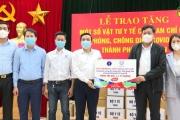 Thứ trưởng Bộ Y tế Đỗ Xuân Tuyên tặng trang thiết bị vật tư y tế phòng dịch Covid-19 cho TP Hưng Yên.