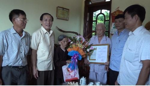 Trao huy hiệu 70 năm tuổi Đảng cho đảng viên huyện Kim Động